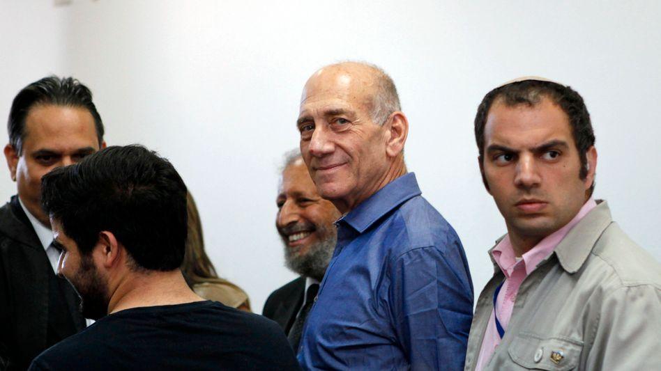 Früherer israelischer Premier Olmert (M.): Das Strafmaß ist noch nicht bekannt