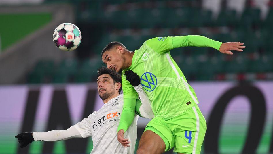 Wieder stark verteidigt: Wolfsburgs Maxence Lacroix gewinnt das Kopfballduell gegen Gladbachs Lars Stindl