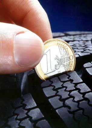 Noch genügend Profil drauf?: Vor dem Einlagern sollte der Reifenzustand überprüft werden