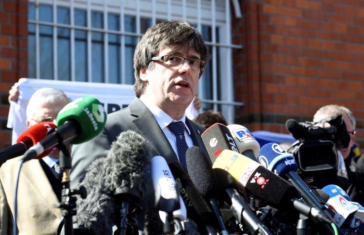 Carles Puigdemont nach seiner Entlassung in Neumünster