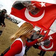 """Demonstranten beim Auftakt des """"Ergenekon""""-Prozesses in Istanbul: """"Zu viele Ungereimtheiten"""""""
