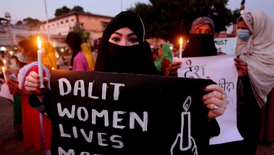 """Eine Frau in Bhopal protestiert für die Rechte von Dalit-Frauen. Dalits hießen in Indien früher """"Unberührbare"""""""