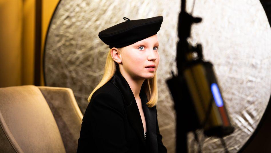 Helena Zengel beim Warten auf Bekanntgabe der Preisträger der Golden Globes