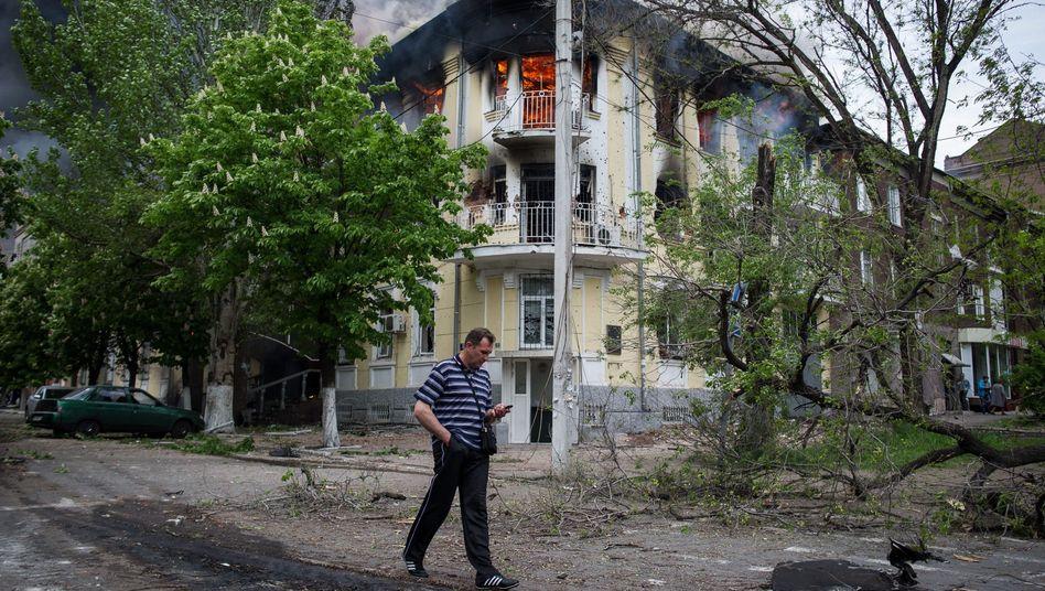Ein Mann vor einer Polizeistation in Mariupol: Schießereien mit vielen Toten und Verletzten im Stadtzentrum