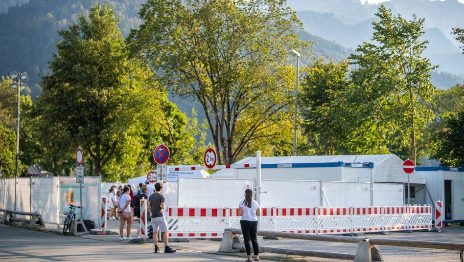 Schlange vor dem Corona-Testzentrum in Garmisch-Partenkirchen