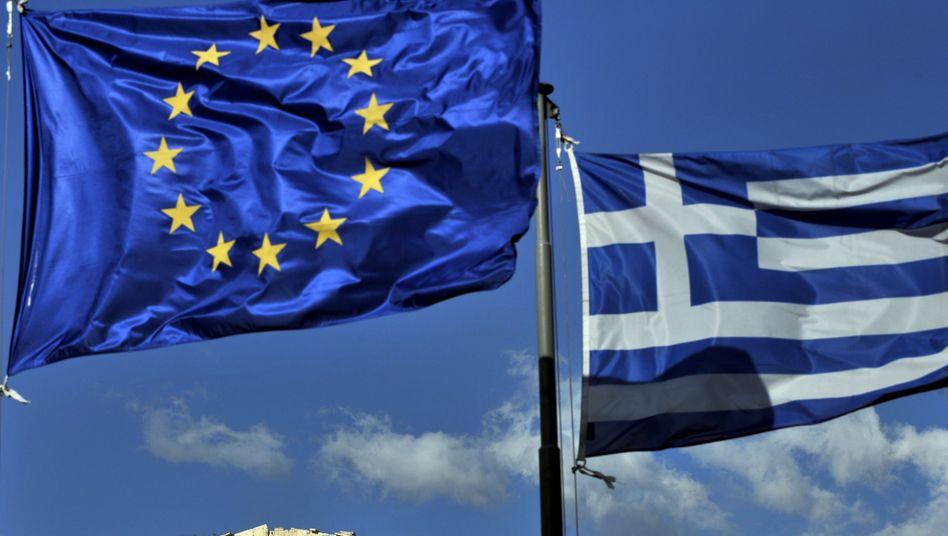 Europäische und griechische Flagge: Athen wehrt sich gegen Herabstufung