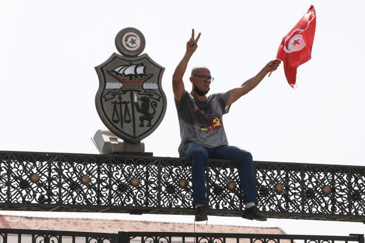 Jubel für den Präsidenten: Demonstrant auf dem Parlamentsgebäude in Tunis