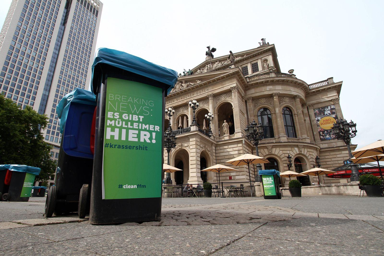 Was wie ein urbanes Kunstobjekt oder Installation eines Straßenkünstler s auf dem Opernplatz vor der Alte n Oper in Fra
