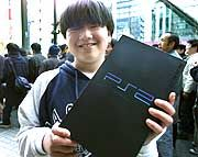 Fehlen eigentlich nur noch die Raketen: Japanischer Schüler mit Playstation 2