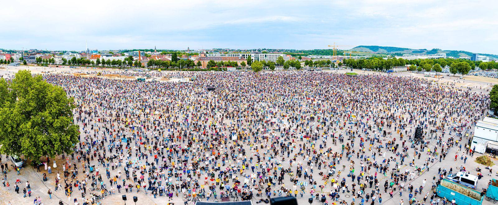 Querdenken Demo auf dem Canstatter Wasen - Tausende Menschen besuchen die Veranstaltung - Abstand wird teilweise nicht