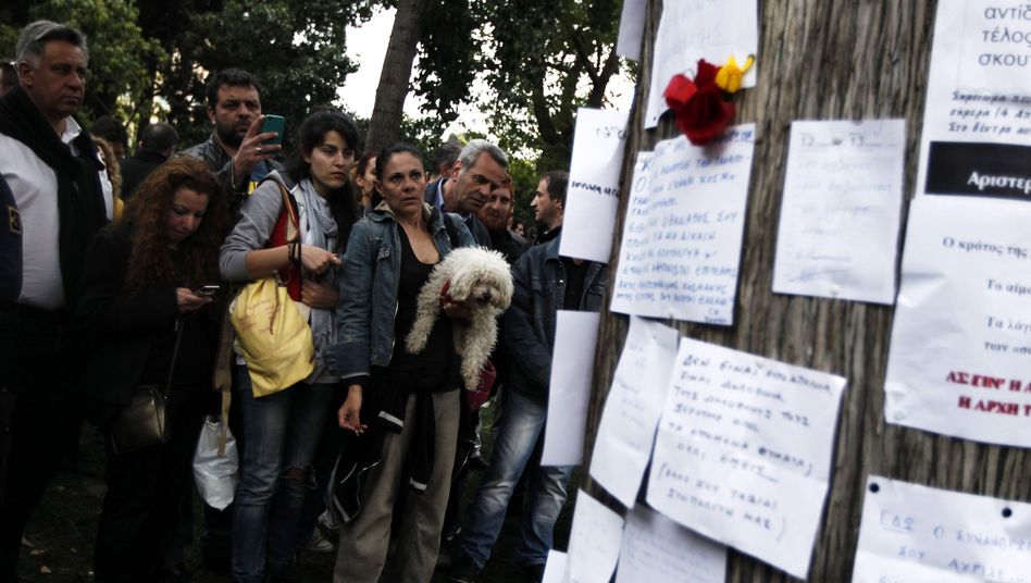Trauer in Athen: Nach dem Selbstmord vor dem Parlament bekunden Passanten ihr Beileid
