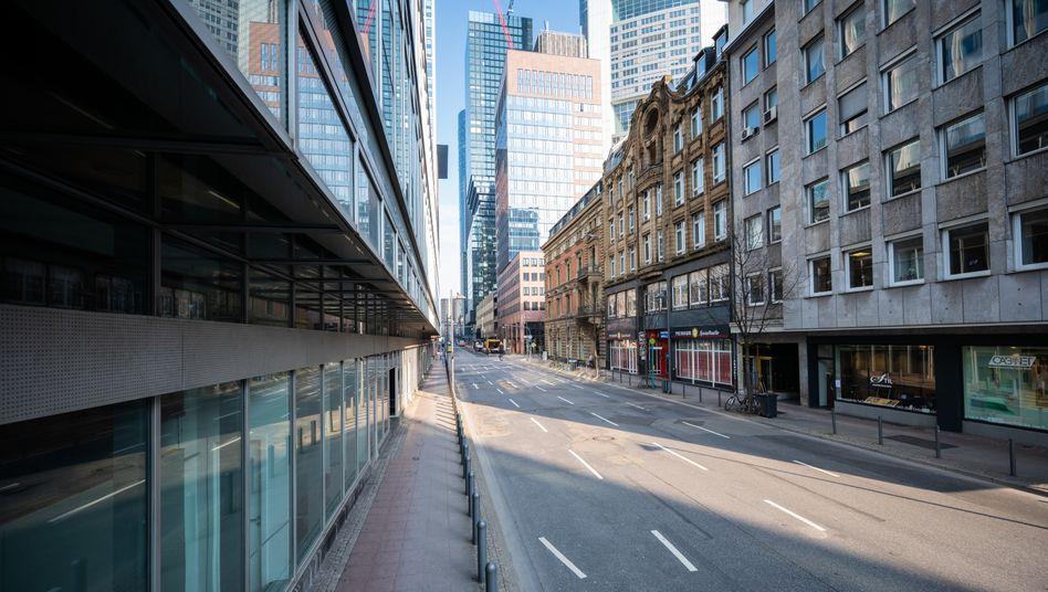 Leere Straße in Frankfurt am Main: Kommt die Ausgangssperre für ganz Deutschland?