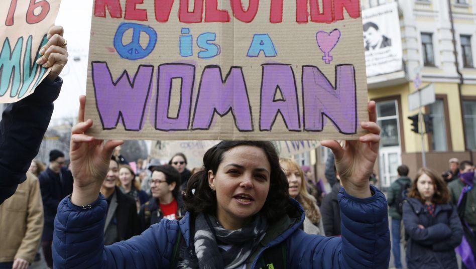 Feministin während einer Demonstration zum Internationalen Frauentag (2017)
