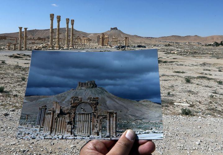 Der Triumphbogen von Palmyra, bevor und nachdem er 2015 zerstört wurde