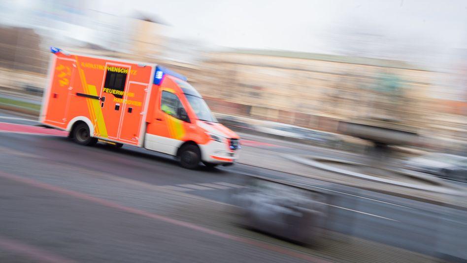 Symbolbild: Ein Rettungswagen wurde am Montag in Berlin offenbar von einem Radfahrer behindert