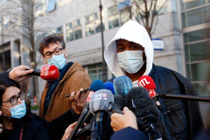 Michel Zecler vor Journalisten in Paris: »Sie prügelten auf mich ein«