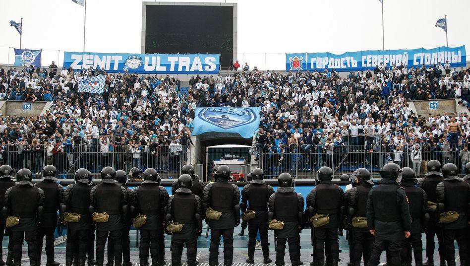 Polizeikette in St. Petersburg: Platzsturm führt zum Spielabbruch