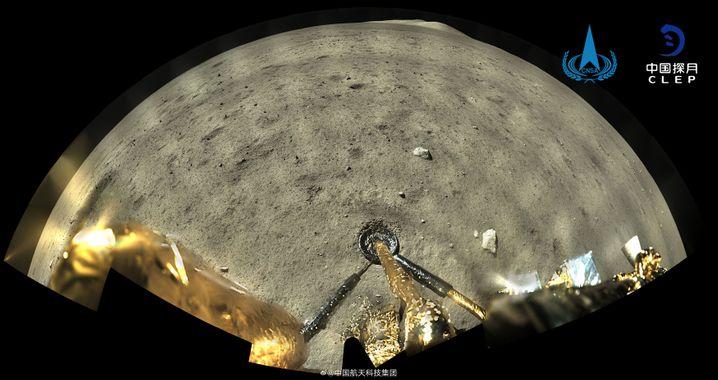 Panorama-Aufnahme, verfügbar in hoher Auflösung: »Chang'e 5« auf dem Mond