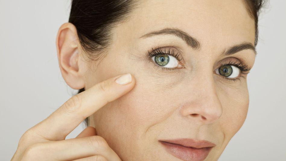 Da sind sie: Vor allem die dünne Haut rund um die Augen neigt zur Faltenbildung