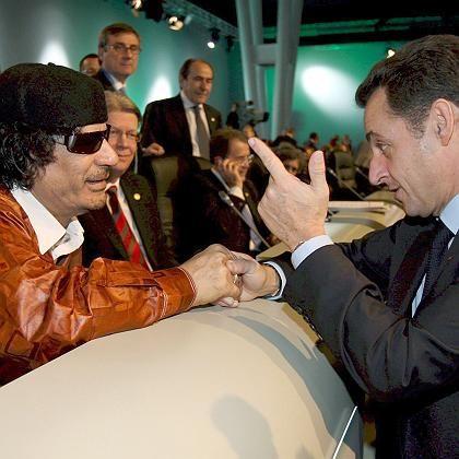 Muammar al-Gaddafi und Nicolas Sarkozy beim EU-Afrika-Gipfel in Lissabon: Der libysche Staatschef kommt zu einem mehrtägigen Besuch nach Frankreich