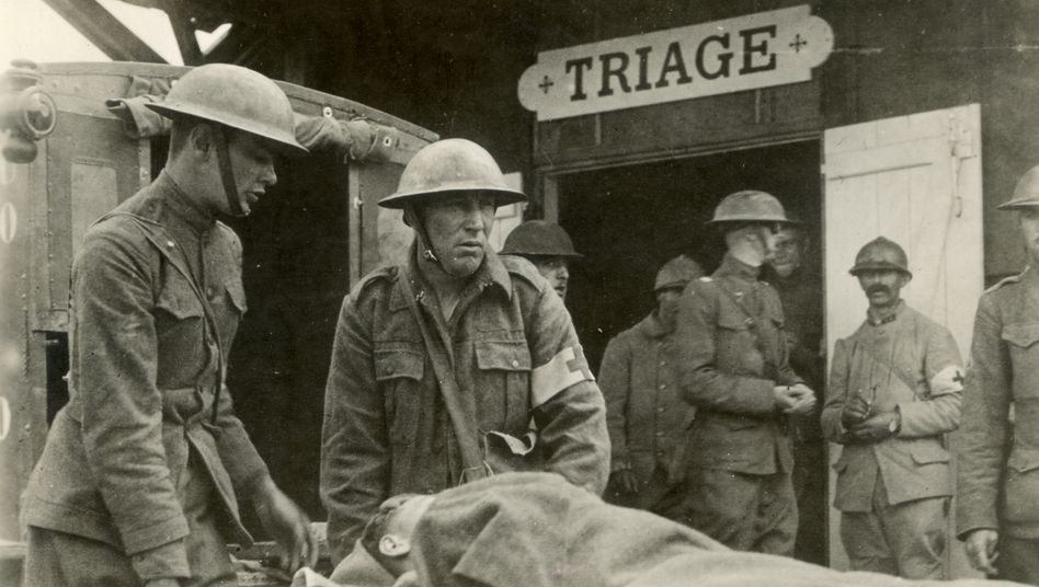 Triage im Ersten Weltkrieg: Ein verwundeter Soldat erreicht eine französische Krankenstation