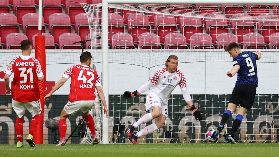 Die Szene des Spiels: Herthas Krzysztof Piątek vergibt frei vor Keeper Robin Zentner