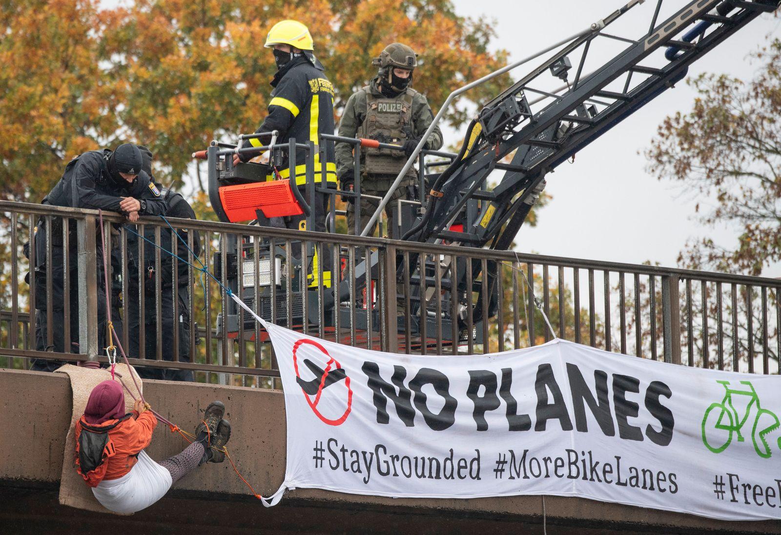 Umwelt-Aktivisten blockieren Autobahnen in Hessen