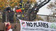 Aktivisten seilen sich von mehreren Autobahnbrücken ab