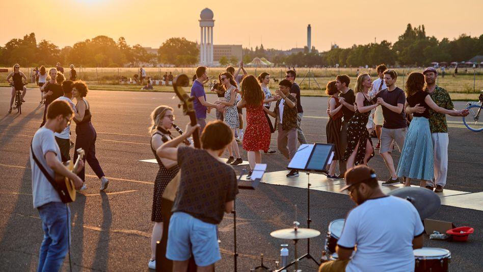 Swing-Tänzer auf dem Gelände des ehemaligen Flughafens Berlin-Tempelhof (am 4. Juli): Endlich wieder tanzen