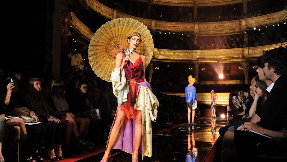 Pariser Modewoche: Kittelschürzen auf grünem Rasen