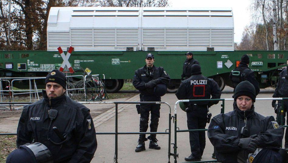 Polizisten sichern einen Castor-Transport auf dem Weg ins Wendland (Archivfoto)