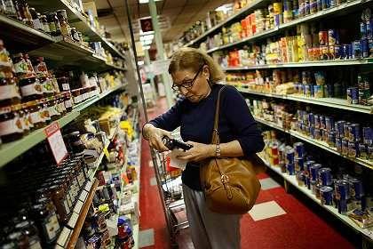 Käuferin im US-Supermarkt: Teure Importe lassen Preise steigen