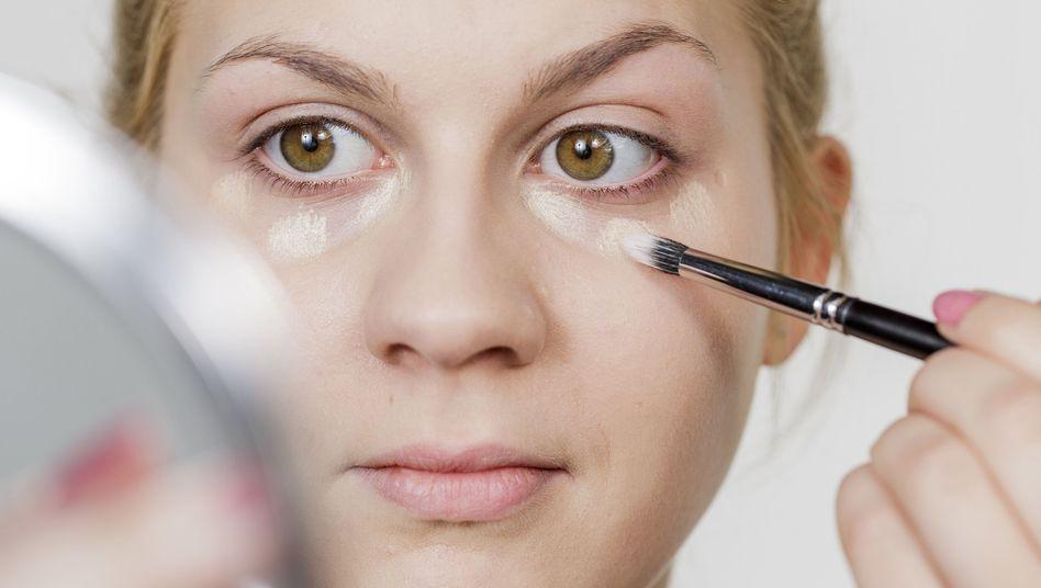 Concealer für Augenringe einen Farbton heller wählen als das Make-up