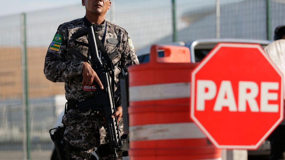 Sicherheitsbeamter vor Stadion in Rio de Janeiro