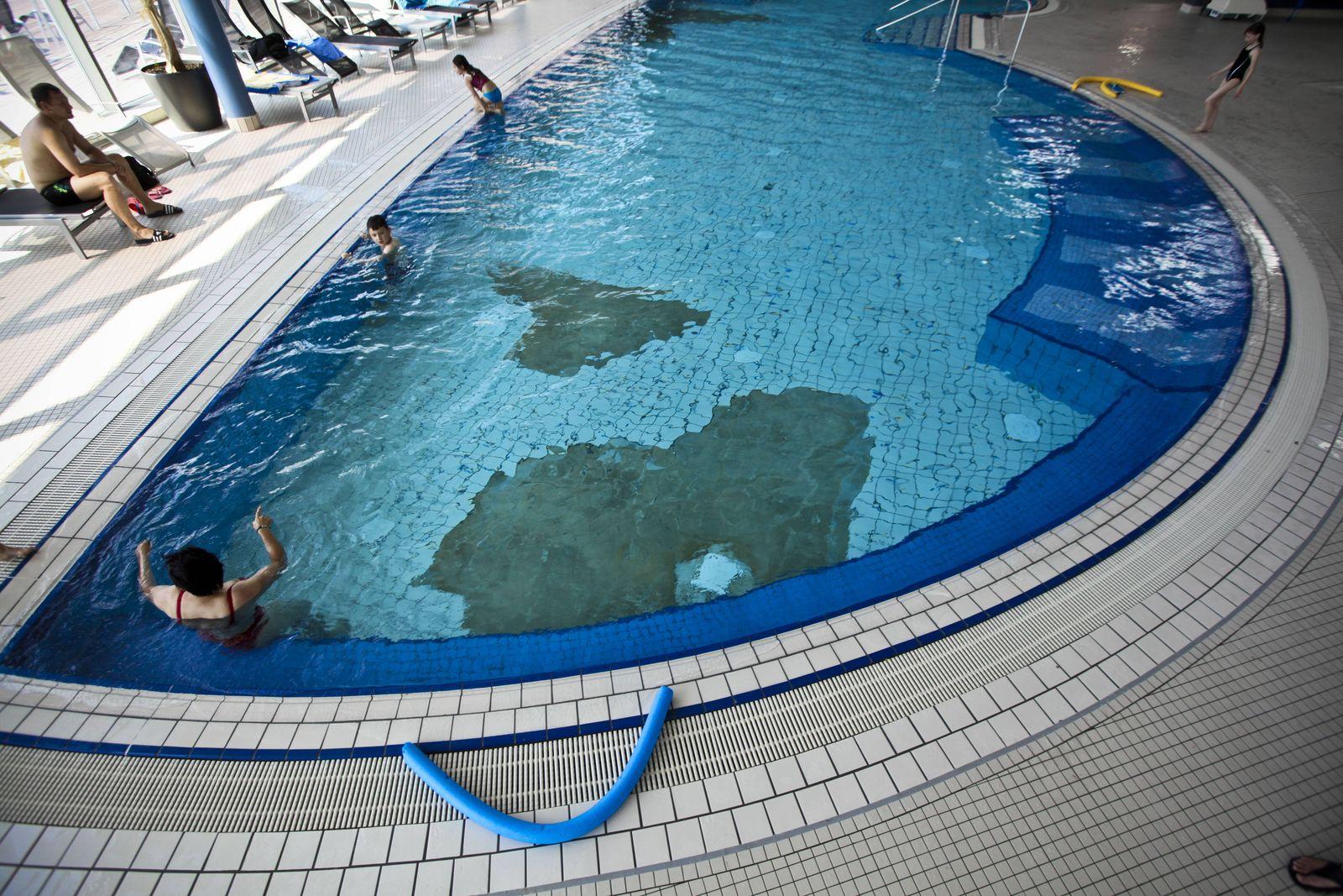 EINMALIGE VERWENDUNG Schwimmbad/ Marode/ Gelder