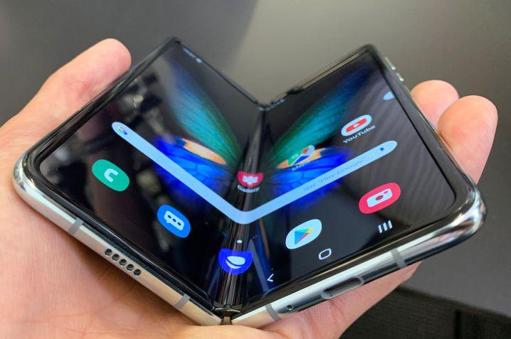Die Schutzfolie beim Galaxy Fold wurde bis in den Displayrahmen gezogen