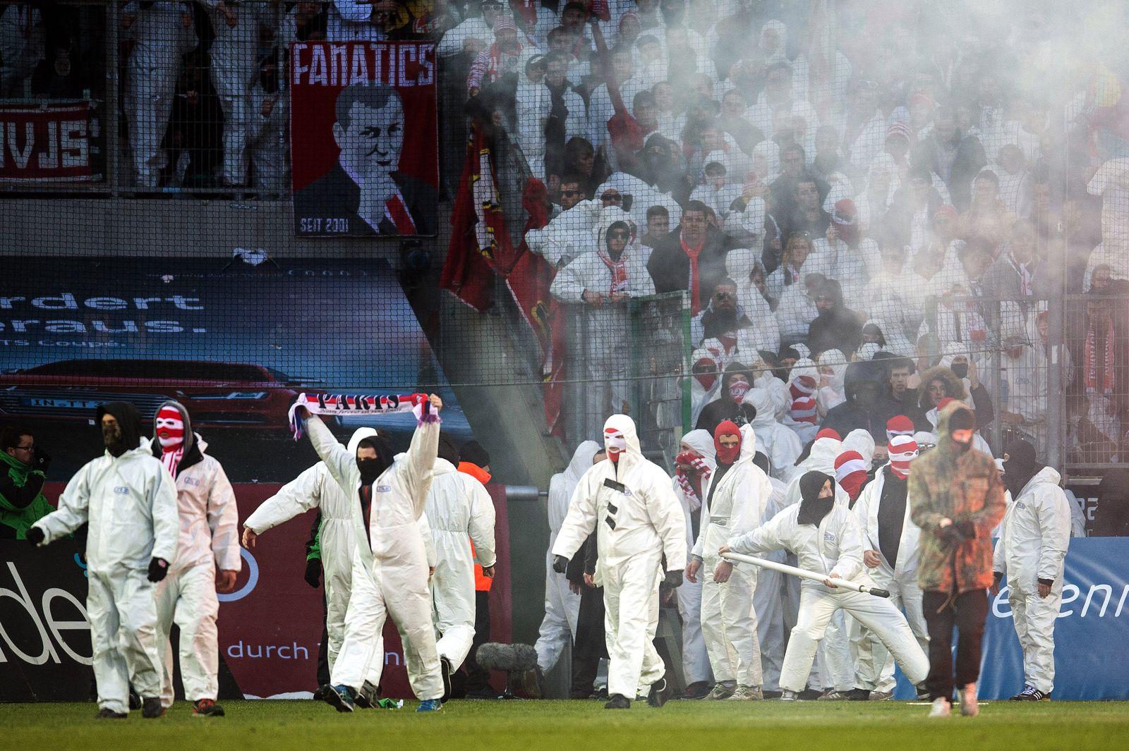 Nach Platzsturm in Gladbach: 1. FC Köln schließt Fan-Gruppe aus