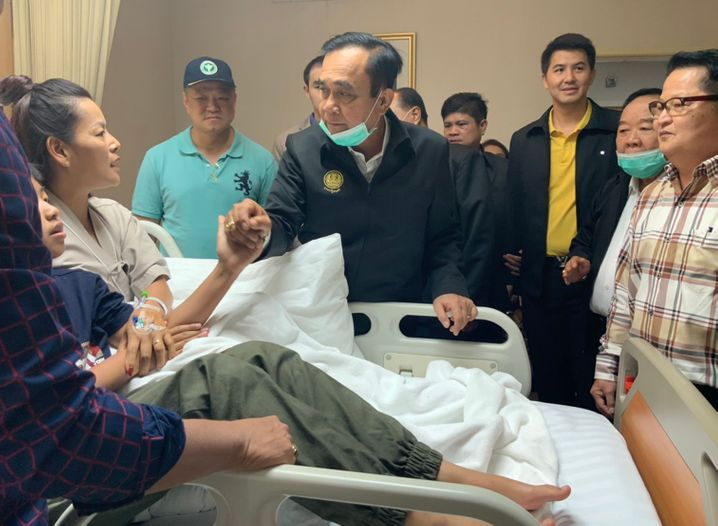 Thailands Premier Prayut Chan-o-cha besucht Verletzte im Krankenhaus
