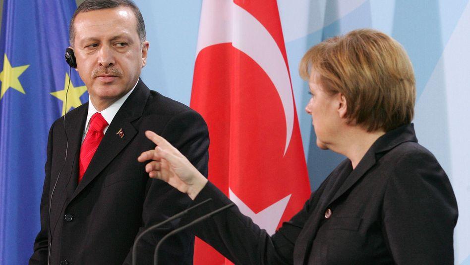 """Politiker Erdogan, Merkel (im Februar 2008): """"Warum dieser Hass gegen die Türkei?"""""""