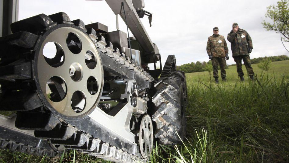 Militärischer Roboter auf einem Truppenübungsplatz 2010