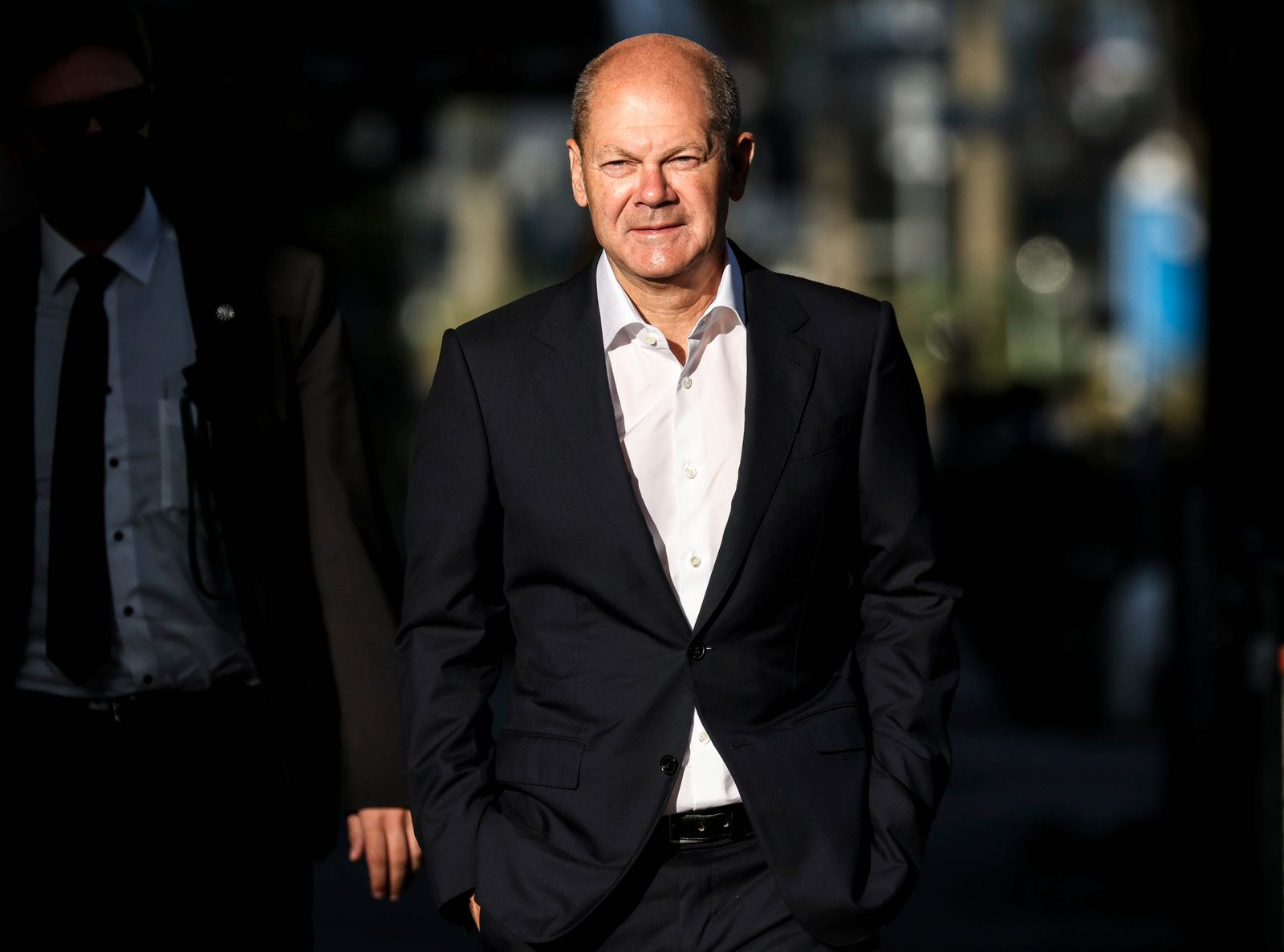 Olaf Scholz visits Ver.di workers at Amazon's Berlin logistics center