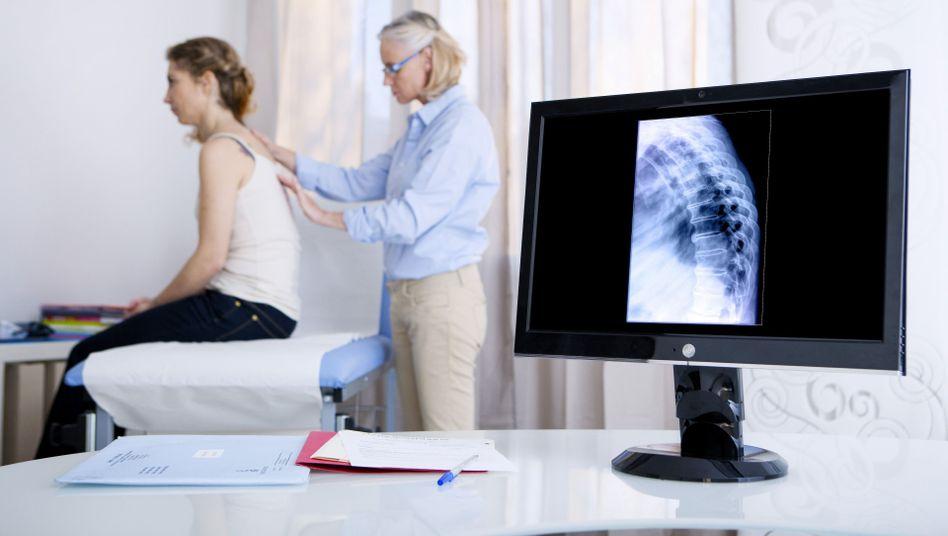 Rückenschmerzen: Männer und Frauen sind etwa gleich oft betroffen