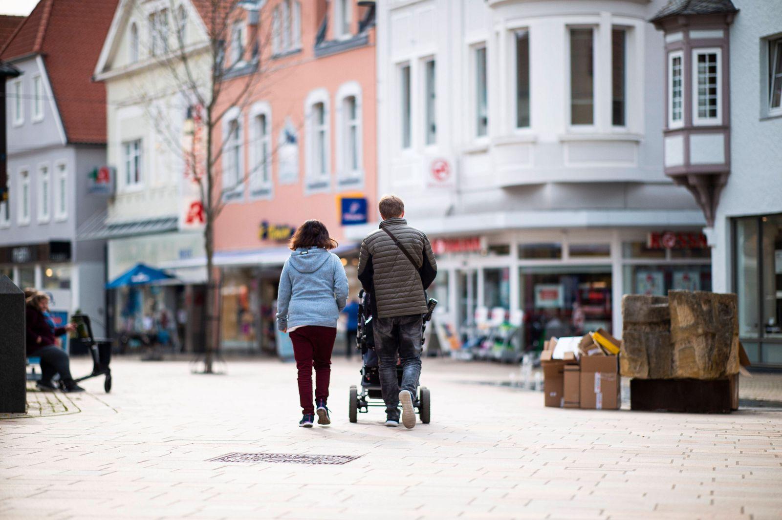 Coronavirus - Innenstadt in Lübbecke Menschen gehen durch die Fußgängerzone der Stadt Lübbecke. Foto: Kirchner-Media/Wed