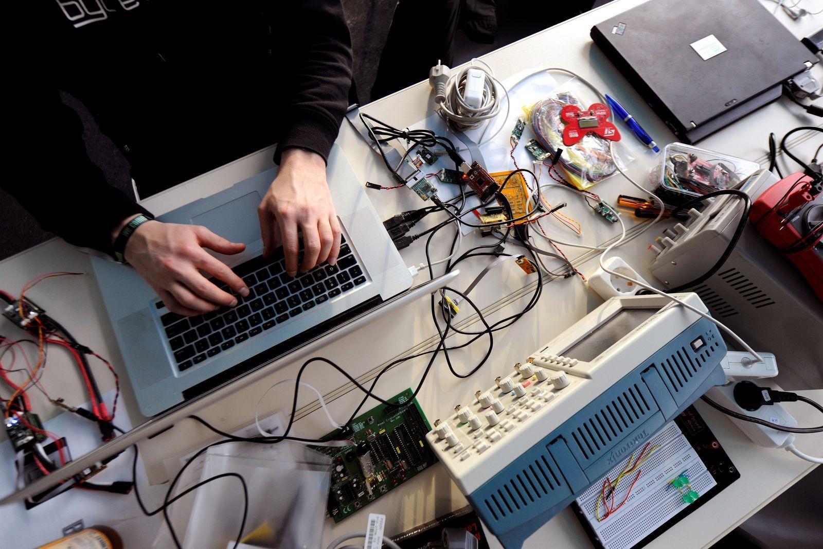 Internet/ Hacker