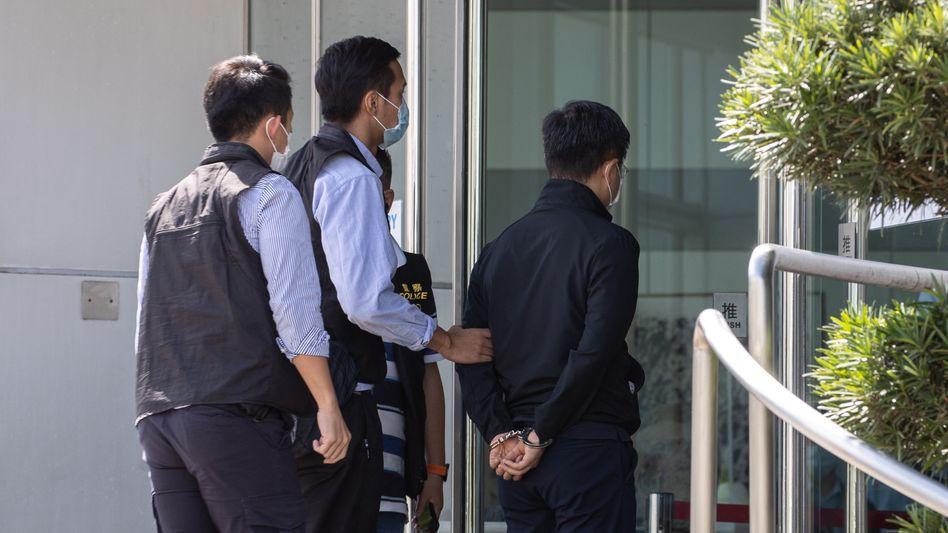 »Apple Daily«-Chefredakteur Ryan Law (r.) wird von Polizisten abgeführt