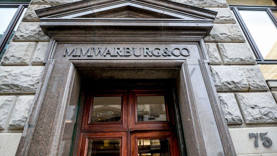Haupteingang des Bankhauses in Hamburg: Warburg zweifelt die Rechtmäßigkeit der Bescheide an und legte Einspruch ein