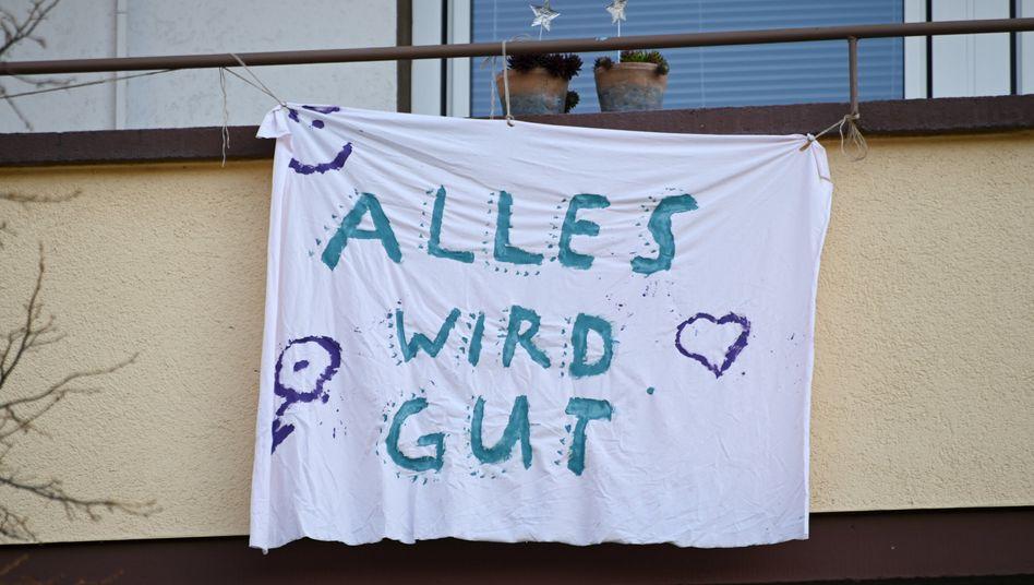 Irgendwann stimmt es: An einer Wohnung im hessischen Kassel hängt ein Durchhalteplakat mit der Aufschrift »Alles wird gut«