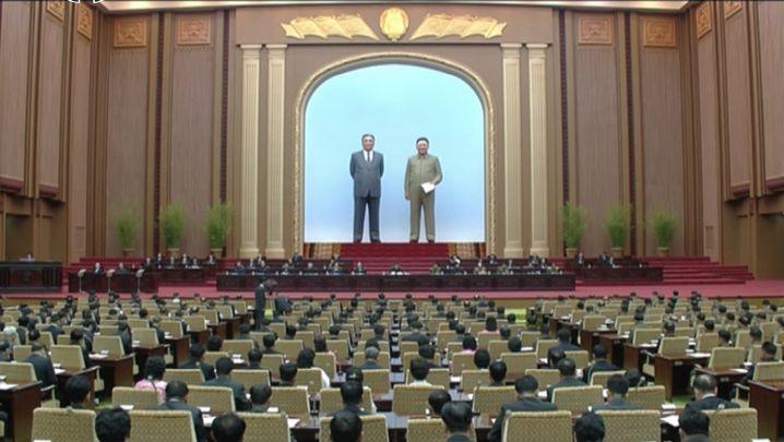 Bizarrer Personenkult: Unter riesigen Abbildern seiner Ahnen leitet Nordkoreas Staatschef Kim Jong Un eine Sitzung der Obersten Volksversammlung - Symbol einer Machtfülle wie einst im Absolutismus