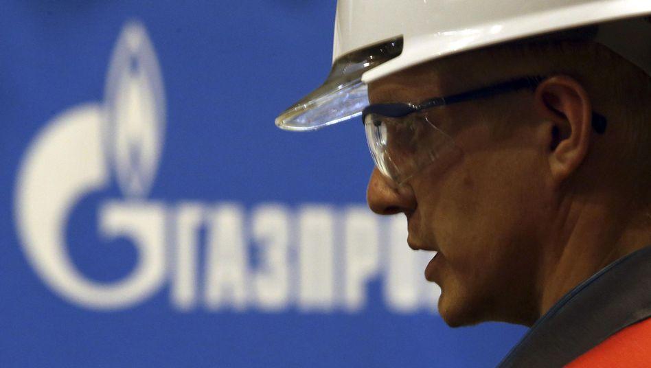 Ein Gazprom-Mitarbeiter in Russland: Neue Sanktionen treffen Energiekonzern