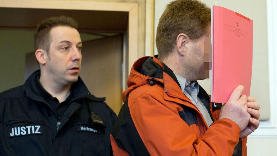 """Justizbeamter mit Angeklagtem Thomas O. (r.): """"Dann bin ich weg"""""""